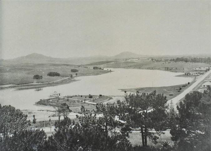 dong goi tri thuc Toàn cảnh hồ Xuân Hương thập niên 1920. Quanh hồ lúc này rất ít công trình xây dựng.