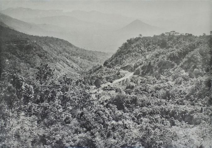Tuyến đường bộ và đường sắt răng cưa Đà Lạt thấp thoáng giữa đồi núi trùng điệp.