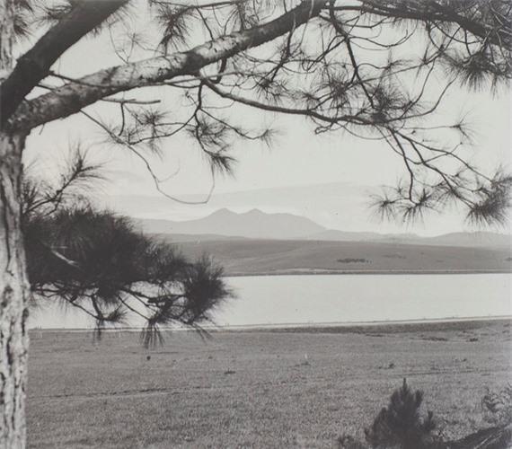 Một góc hồ Xuân Hương hoang sơ với đỉnh Lang Biang ở phía xa, Đà Lạt thập niên 1920.