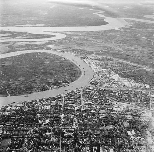 Sự tương phản giữa bán đảo Thủ Thiêm hoang vu với khu trung tâm nhộn nhịp của Sài Gòn xưa