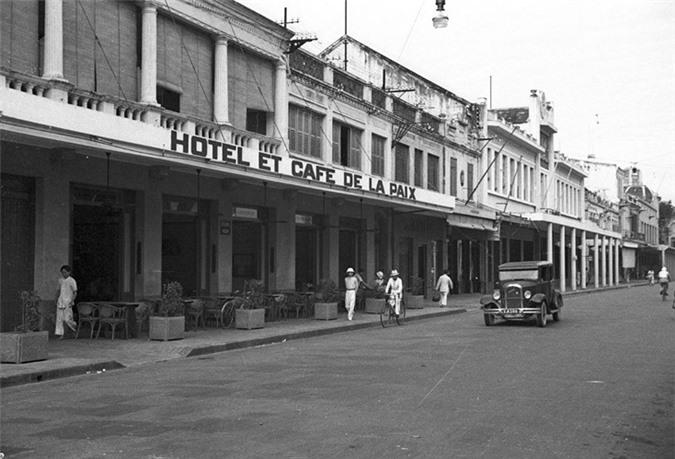 Quán cà phê - khách sạn Hòa Bình, nay là khách sạn Dân Chủ trên phố Tràng Tiền.
