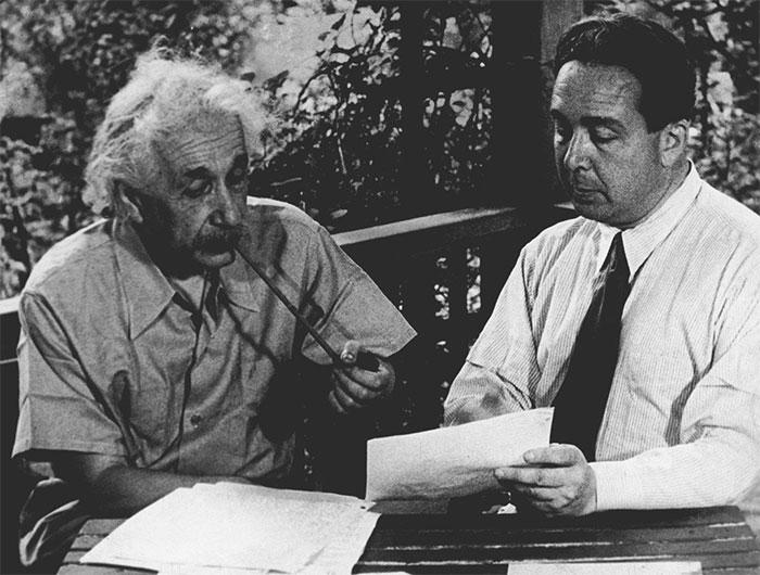 Eintein cùng Szilard xem lại bức thư mà ông đã gửi đến tổng thống Roosevelt