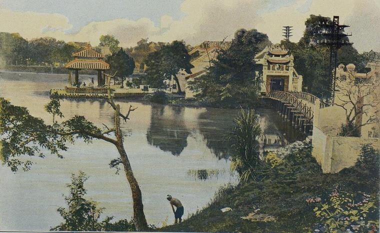 Đền Ngọc Sơn và cầu Thê Húc ở hồ Hoàn Kiếm, Hà Nội năm 1903