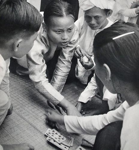 Việt-nam-xưa-Ảnh-đẹp-Hà-Nội-Chiếu-bạc-ven-đường-Các-bộ-bài-Tây-đã-du-nhập-vào-Việt-Nam-từ-nước-Pháp-dong-goi-tri-thuc-phan-hoàng-thư-ksc