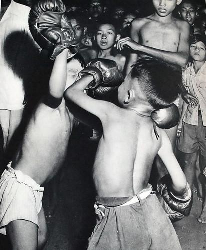 Việt-nam-xưa-Ảnh-đẹp-Hà-Nội-Những-đứa-trẻ-tập-đánh-bốc-dong-goi-tri-thuc-phan-hoàng-thư-ksc