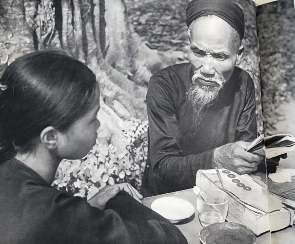 Việt-nam-xưa-Ảnh-đẹp-Hà-Nội-Xem-bói-ở-phía-ngoài-một-ngôi-đình-dong-goi-tri-thuc-phan-hoàng-thư-ksc