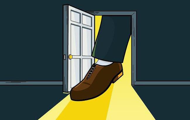 """nghệ thuật """"Kẹt chân trong cửa"""""""