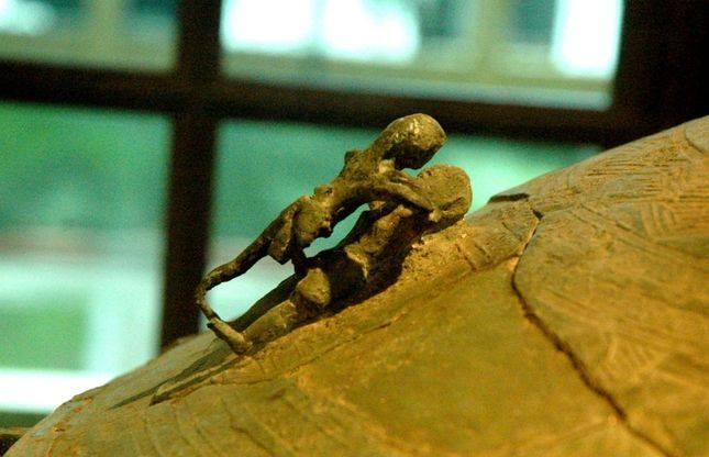 Bức tượng nhỏ thể hiện rõ nét hai người đang giao hoan, bộ phận sinh dục nam được thể hiện rõ nhất.