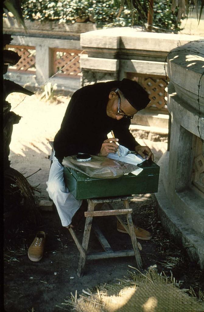 Thầy bói xưa đang viết chữ