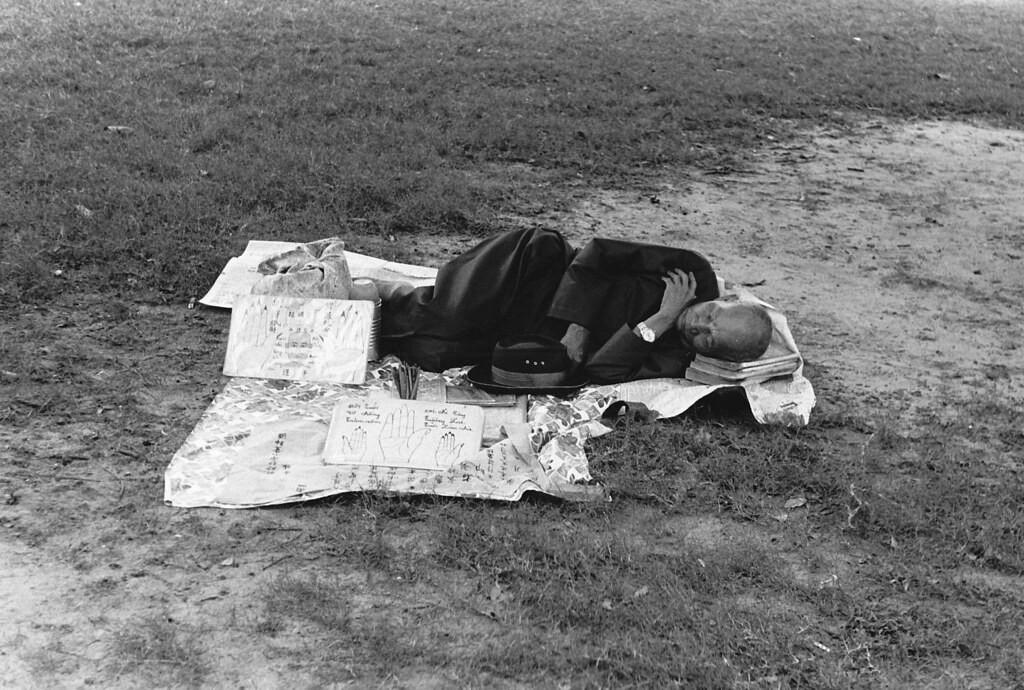 Ông thầy xem chỉ tay đánh một giấc ngủ trưa trong công viên tài Sài Gòn