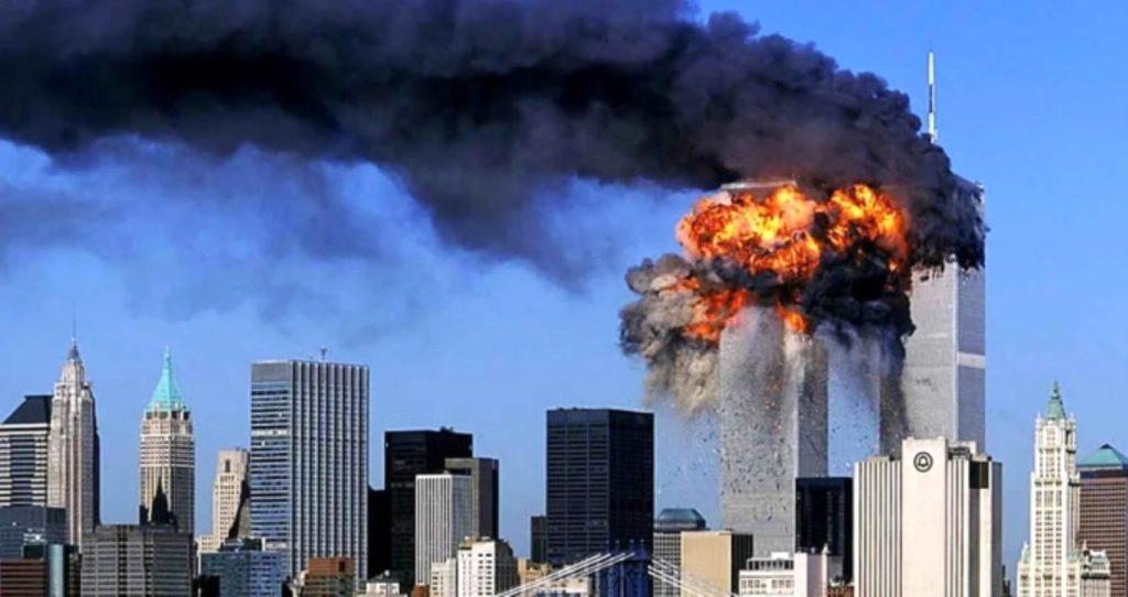 Tòa tháp đôi đang cháy
