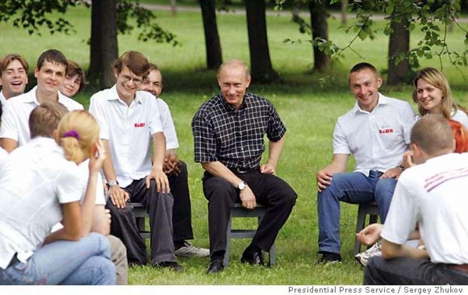 Tổng thống putin nói chuyện với thanh niên trong công viên