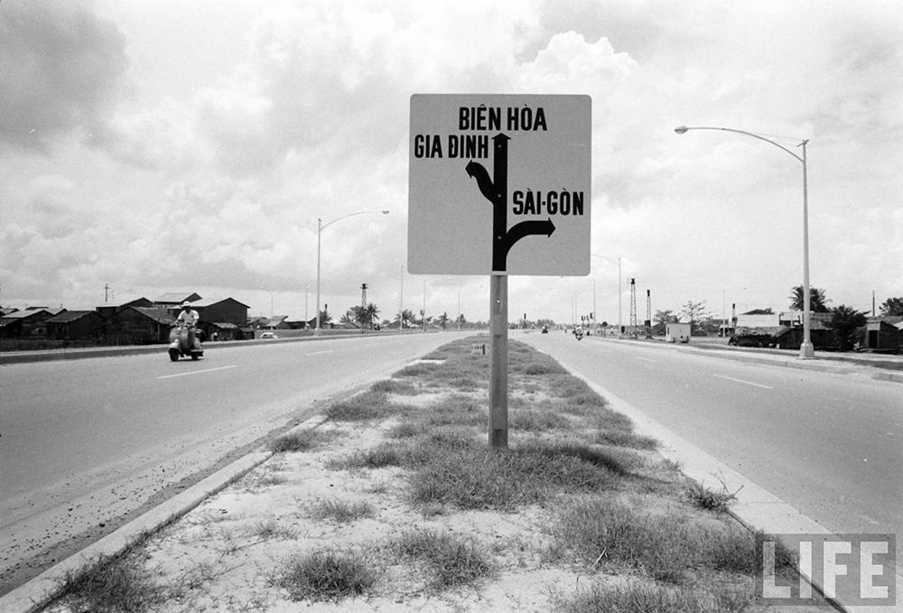 Bảng chỉ dẫn tên đường ở Ngã 4 Hàng Xanh.