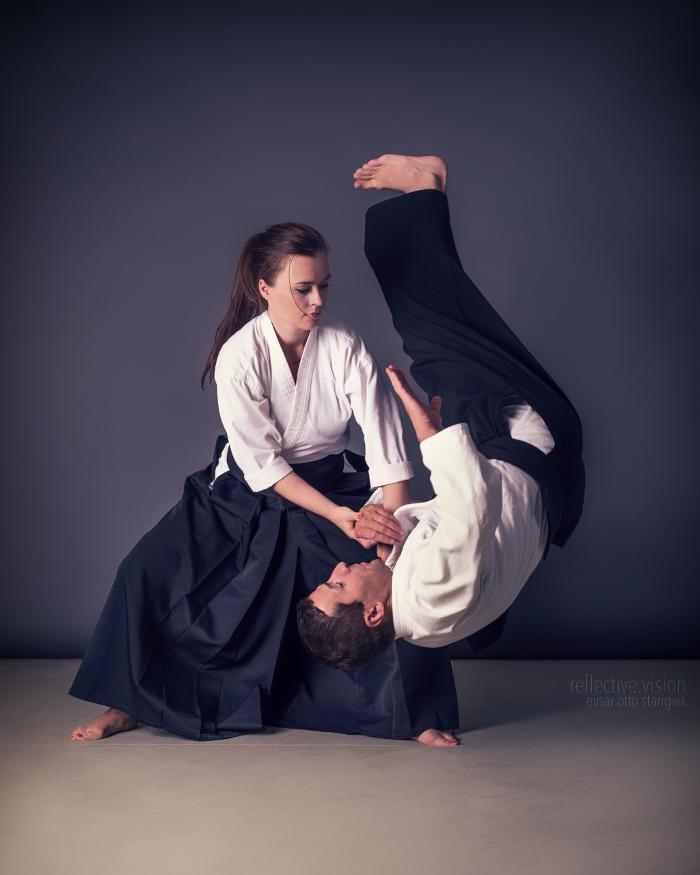 cô gái thể hiện võ judo