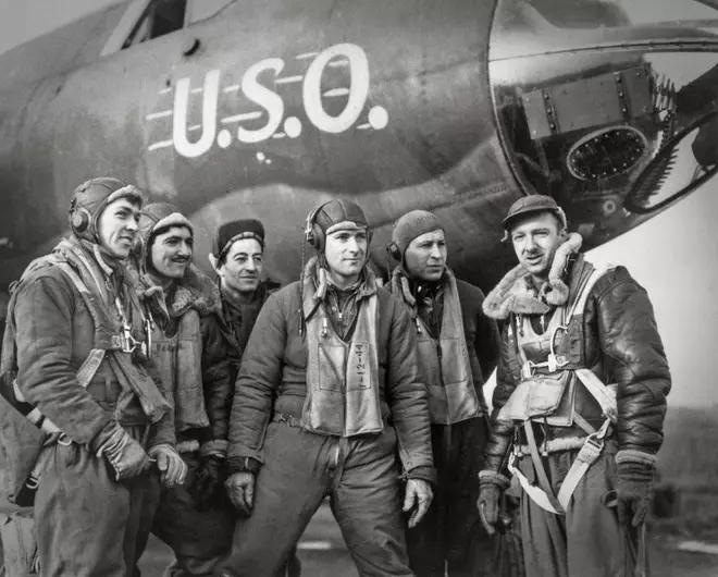 Walter Cronkite (ngoài cùng, phải) và phi hành đoàn máy bay ném bom B-17 U.S.O không có lối tắt cho sự hoàn hảo nguyễn thị mỹ ngọc ksc