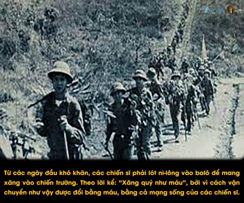 Trước khi đường ống được hoàn thành, từ những cách vận chuyển bình thường nhất là bằng sức người. Nhưng bằng ý chí quyết tâm, những người chiến sĩ vẫn không ngại bom đạn, gian nan,... vẫn luôn sẵn sàng.